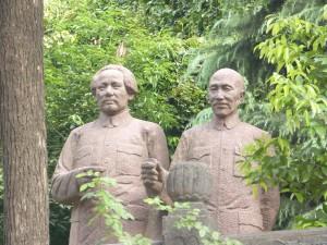 Estatuas de mao brindan con baijiu