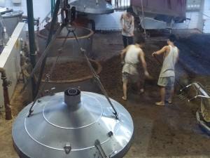 Cargando un alambique tradicional para destilar baijiu