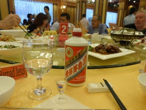 Botella de baijiu en una cena de gala