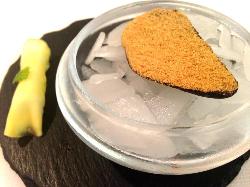 Aponiente: mejillón de chocolate y ravioli de piña