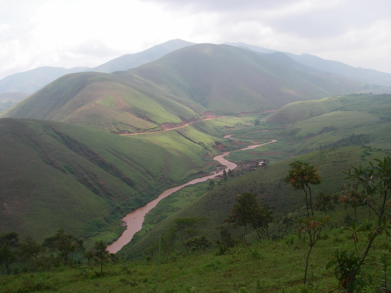 Esta es una panorámica de el Congo. Desde la plantación de árboles de la fiebre de la que extraemos la quinina para elaborar nuestras tónicas. Nos mandó la foto Charles en uno de sus viajes.