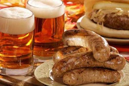 cerveza con salchichas especiadas