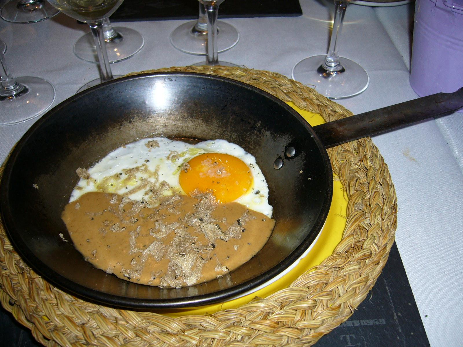 Huevos con puré de hongos y trufa