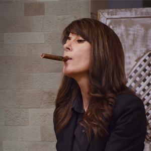 Manuela Romeralo fumando