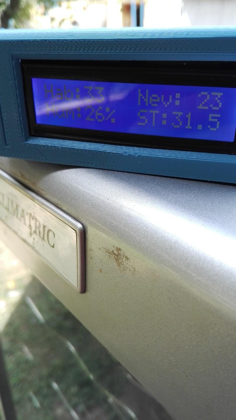el display muestra dos pantallas de medicion. Una con las temperaturas de las zonas frias y calientes de la nevera, y otra con la temperatura y humedad de la habitacion