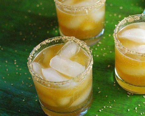 Whiskey + zumo de limón + miel = Fiebre del Oro