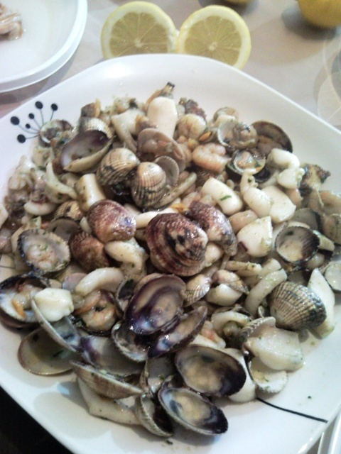 Empecemos con un buen aperitivo de sepia, almejas y berberechos