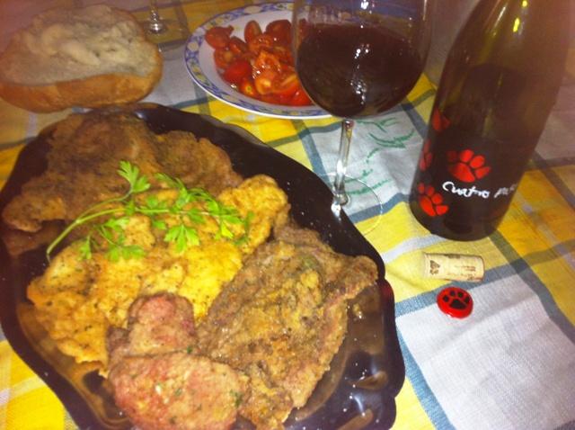 Filetes de cerdo, pollo y ternera, empanados con ajitos y perejil.