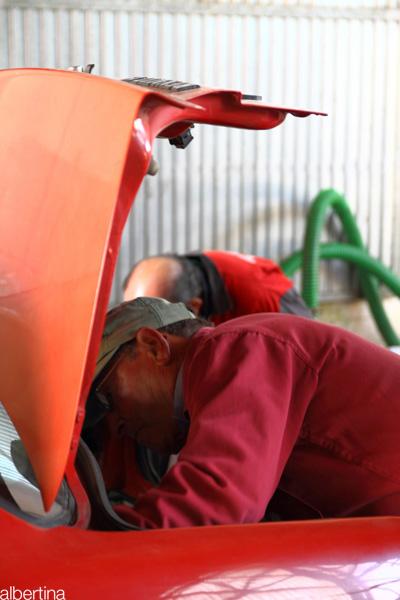 Cargando de aceite el maletero de un coche
