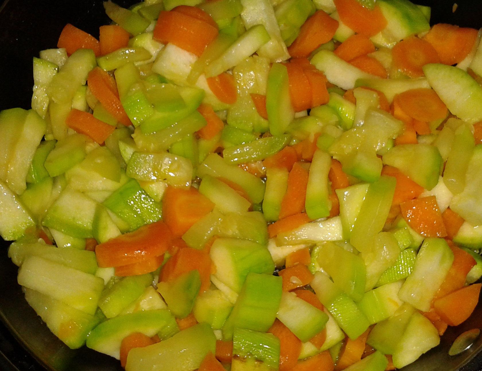 Primero se sofrie el calabacín con la zanahoria
