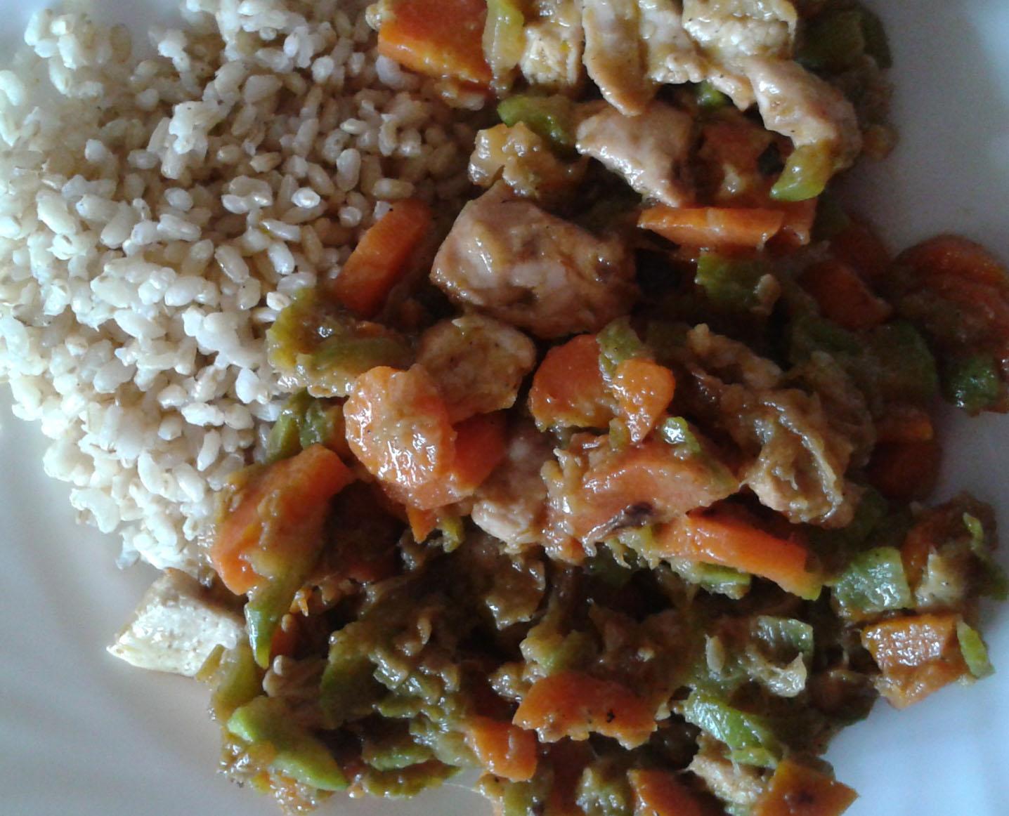 Arroz con pollo, calabacín y zanahorias