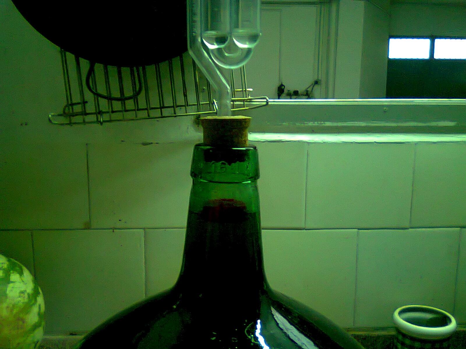 Imagen del tapón flotando en la superficie del vino con metabisulfito en el interior