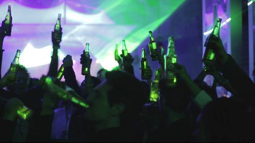 Fiesta de amigos interactuando con su Heineken Ignite