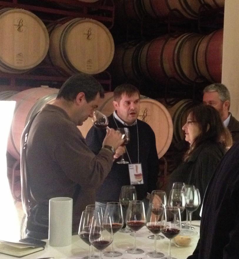 Foreros catando los vinos de la cata vertical de Beronia