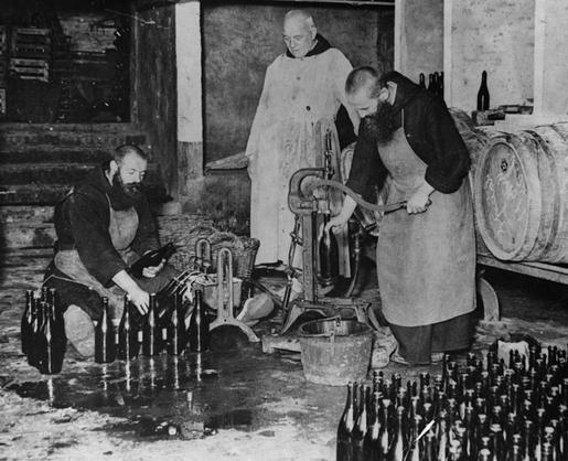 Monjes haciendo licor