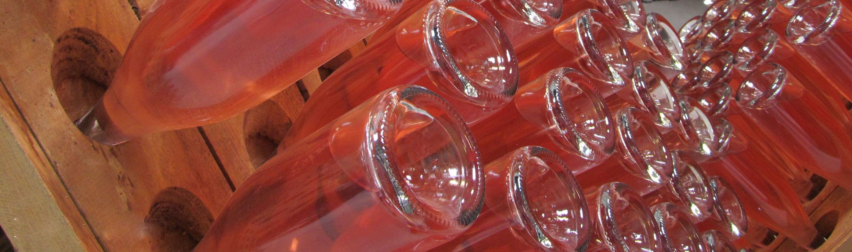 Botellas de vino rosado por sangrado