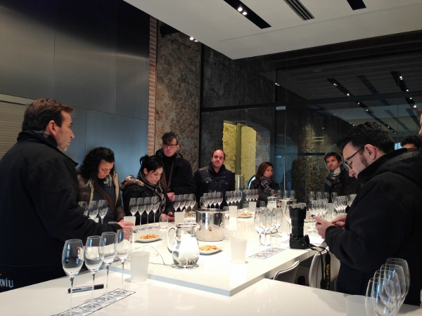Visita_bloggers_celler_jaume_codorniu_bruno_colomer_laboratorio