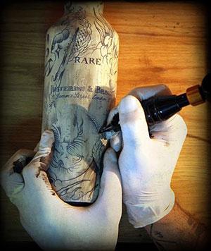 Tatuan botella de J&B