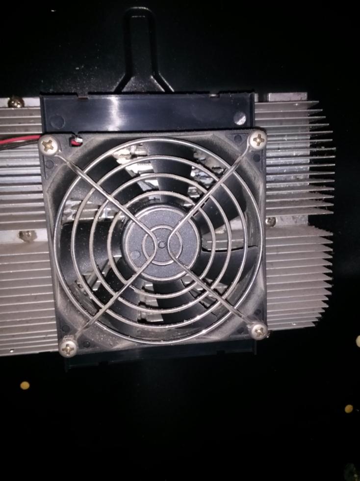 Disipador/Radiador de calor (sobre Célula Peltier) y ventilador interno adosado (mediante soporte) al radiador