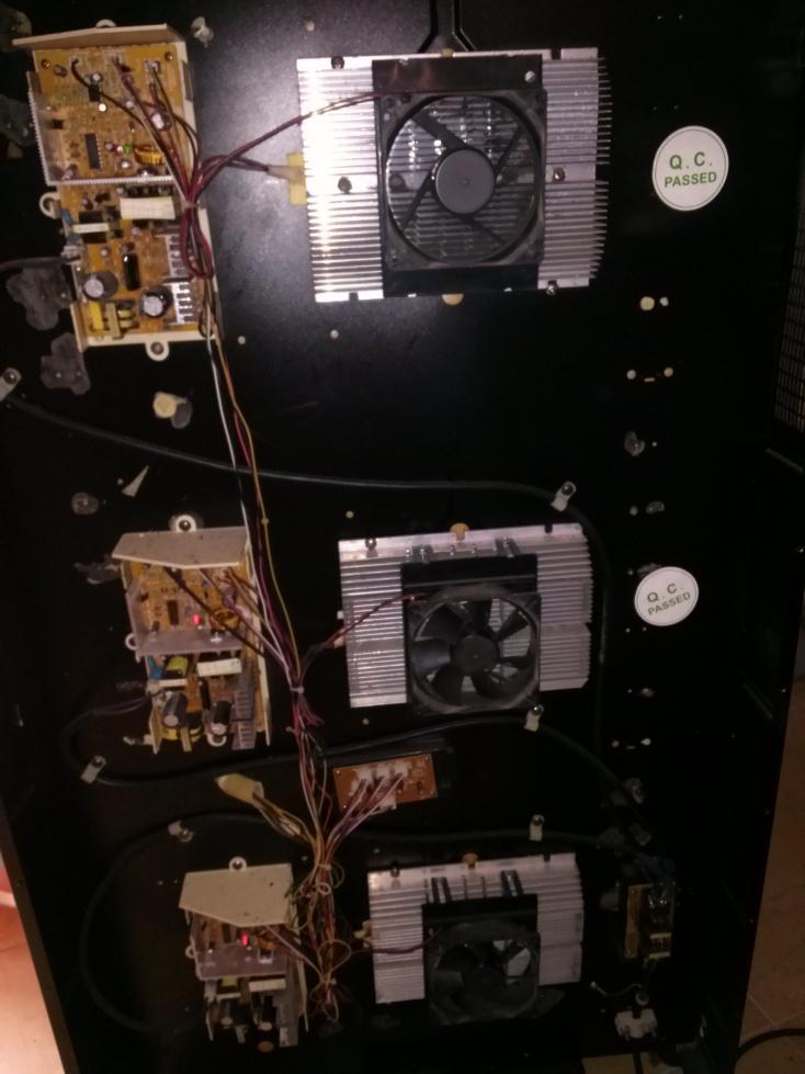 Distribución de los PCBs, ventiladores, peltier y resto de circuitería en el interior de la vinoteca