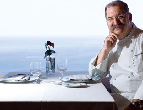 Pedro Subijana con vistas del restaurante Akelarre
