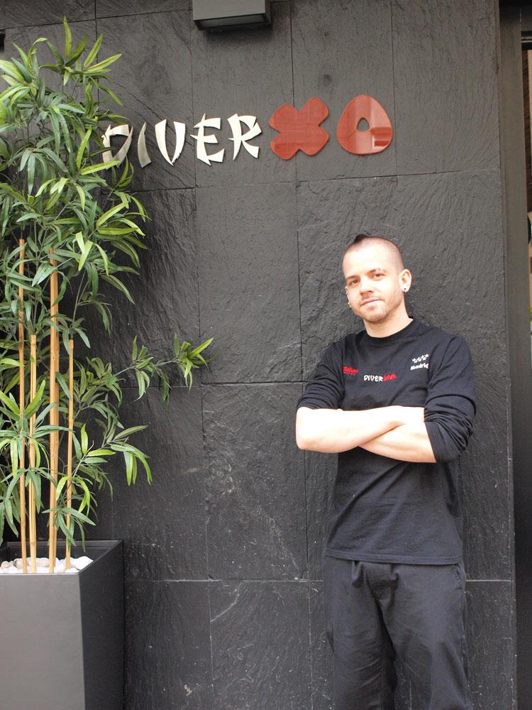 David Muñoz en la fachada del restaurante DiverXO