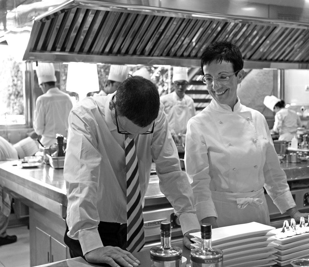 Carme Ruscalleda y su jefe de cocina en el restaurante Sant Pau