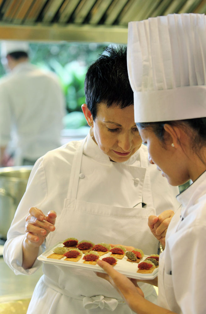 Carme Ruscalleda supervisando la cocina de Sant Pau