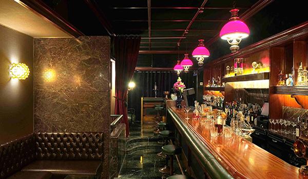 Interior del Jigger Cocktail Bar de Bilbao