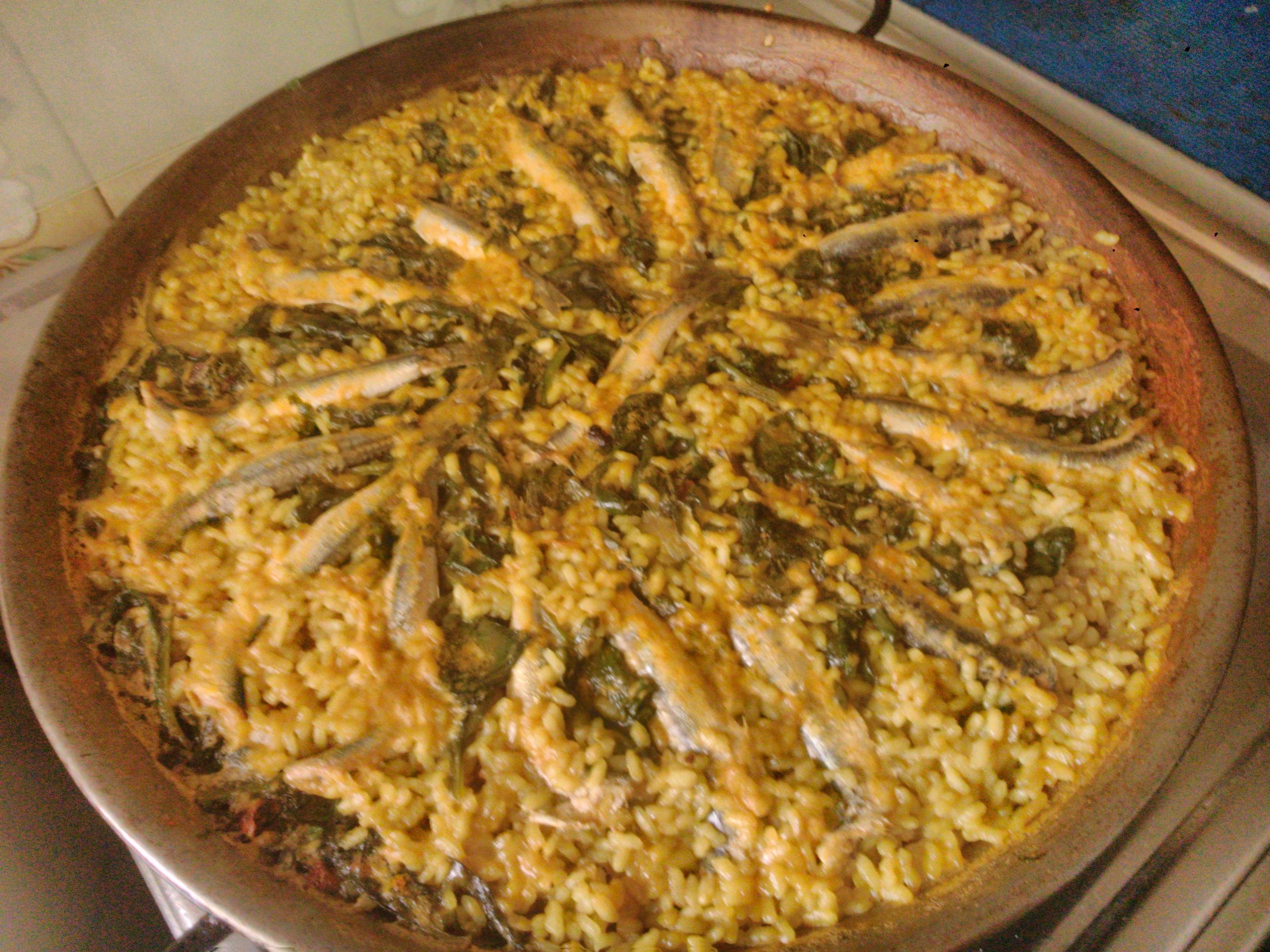 Paella de boquerones y espinacas