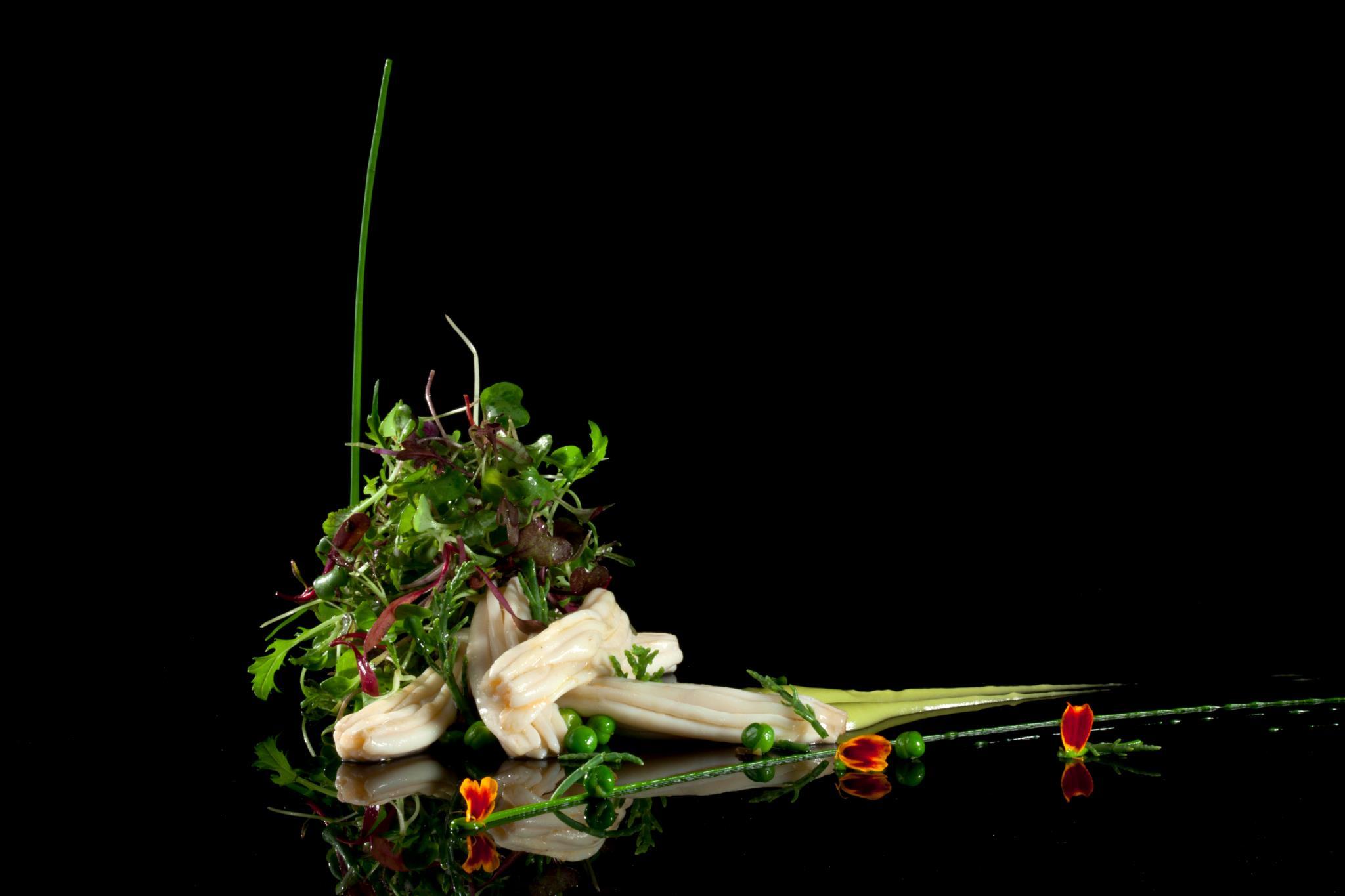 Espardeñas sobre guisantes salteados, pil-pil de hierbas, pequeños brotes y petalos de tajete de Susi Díaz