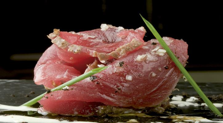 tataki de atún con ajoblanco