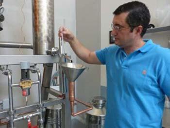 Javier Domínguez director de Santamanía observando la graduación en la destilación