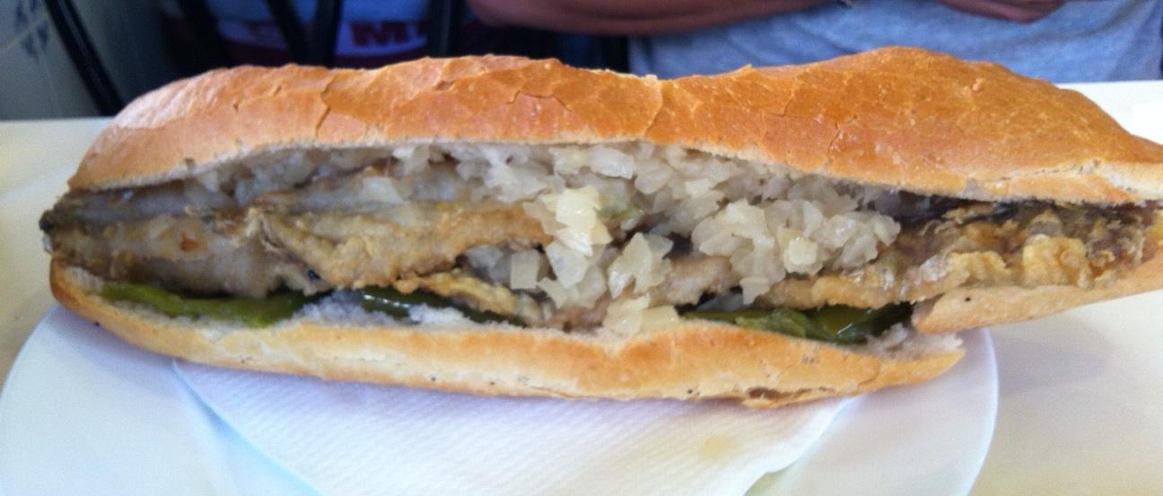 """""""Abaechet"""" rebozado con cebolla y pimientos verdes fritos"""