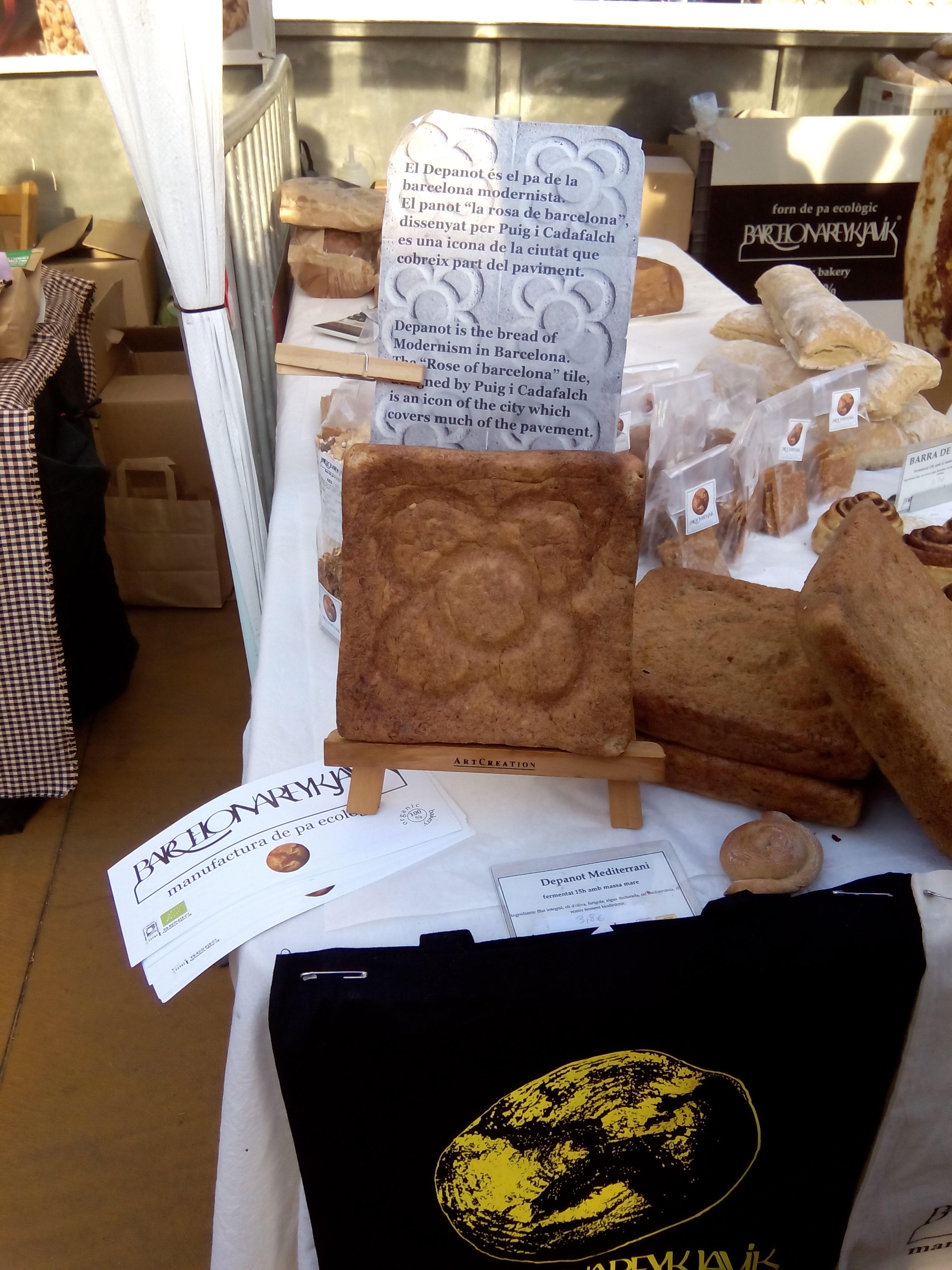 """Lo que más me gustó del mercado: un pan con la forma del tradicional """"panot"""" de las aceras barcelonesas, obra de la panadería Barcelona Reykjavik :-)"""