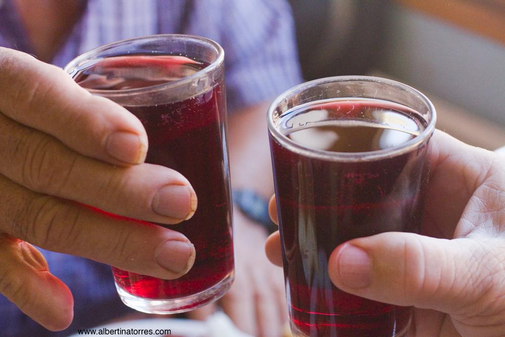 brindando con vino