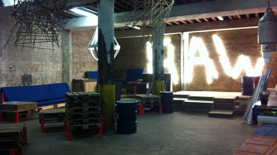 Event space voor opening RAW 2013. Foto, RAW Art Fair