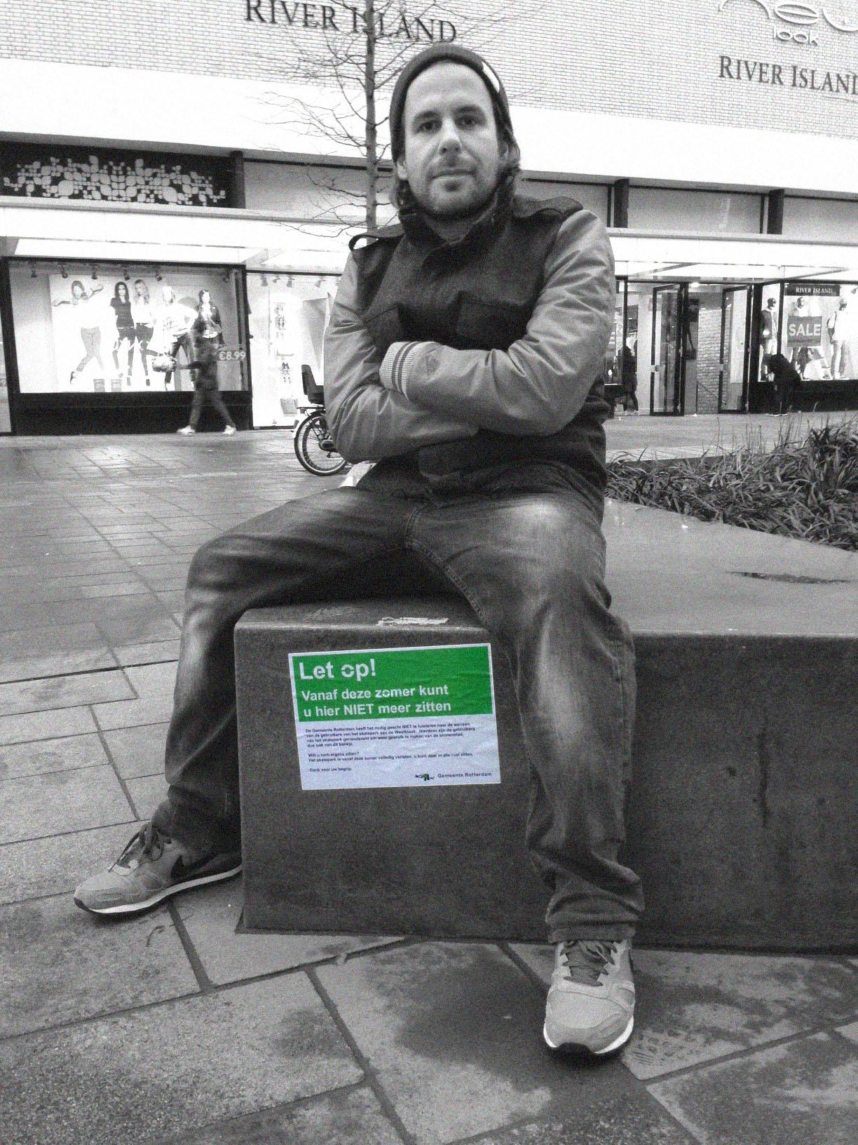 Marco Jongeneel, initiatiefnemer van de Kerngroep Westblaak, poseert bij één van hun ludieke acties.