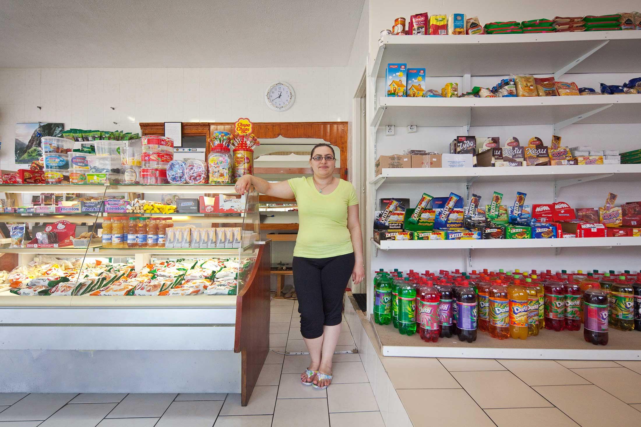 Eigenaresse Kristina Apostolova in haar deli aan het Mijnsherenplein