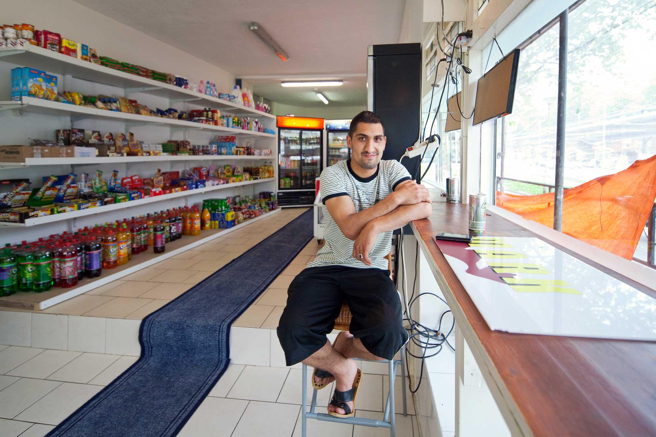 Vaste klant in de Bulgaarse deli aan het Mijnsherenplein