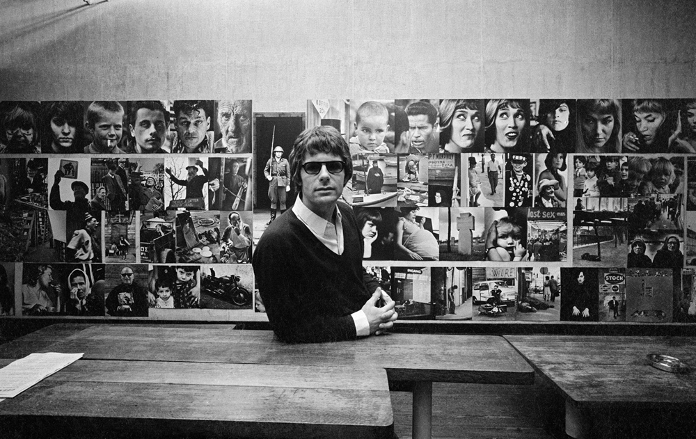 Peter Martens op een tentoonstelling van zijn werk in 't Venster (1968). Collectie Nederlands Fotomuseum.