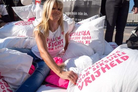 Kim-Holland-Pillow-Fight-For-Love-Rosanne-Dubbeld-2137081