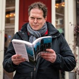 Mark Hoogstad en boek