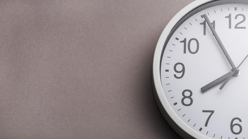 Primer plano cara reloj contra fondo gris 23 2147943387.jpg
