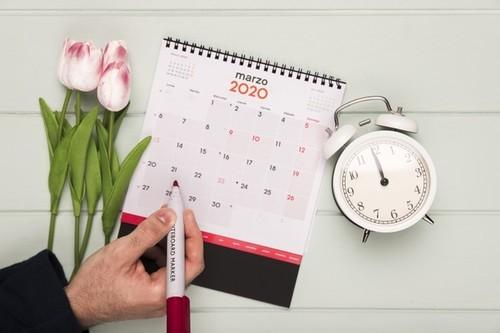Ramo tulipanes junto reloj calendario 23 2148409585.jpg