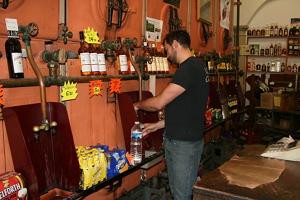 I vinbutiken Caves Caprioglio kan du fylla flaskorna.