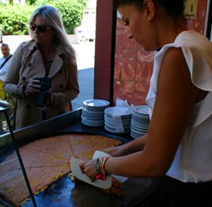 Socca är lokal snabbmat i Nice.