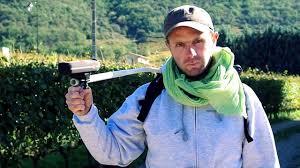 Laurent Habrard med webbkameran ute i vingården.