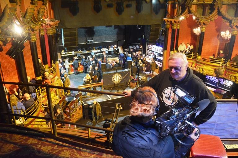 Ölfestival i London. Gubbigt nöje i anrik teaterlokal. Channel Four intervjuar eldsjälen Mark Justin.
