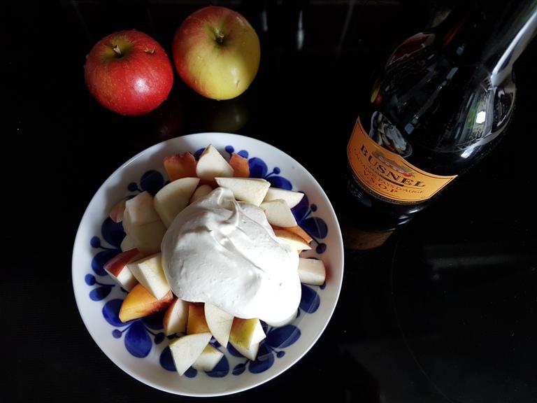 calvadosgradde-till-fruktsallad-och-ett-glas-calvados-vinbanken